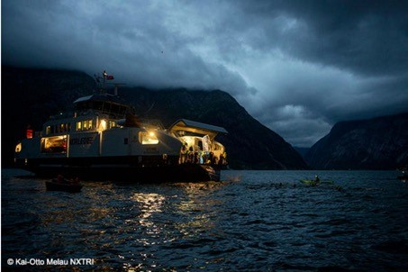 Yarışa başlamak için karanlıkta feribottan fiyordun derinilklerine atlamanız gerekiyor.
