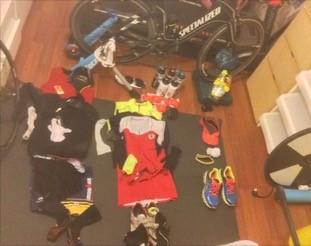 Foto : Yarışta giyeceklerim ve yiyeceklerim. Bunların arasında yedek kıyafetlerim yok daha.