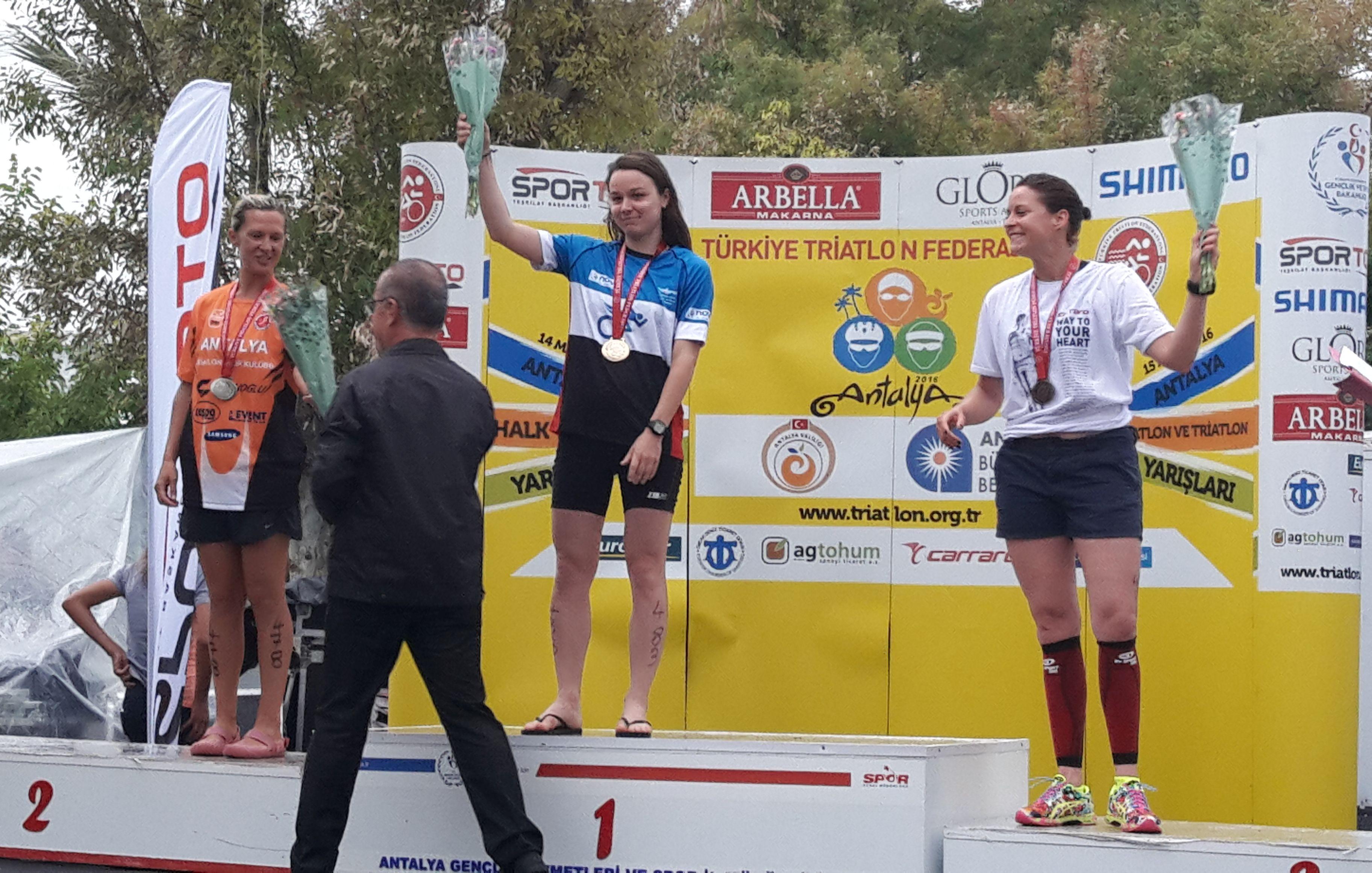 Antalya Triatlonu kadınlar birincisi Virginie Aslan